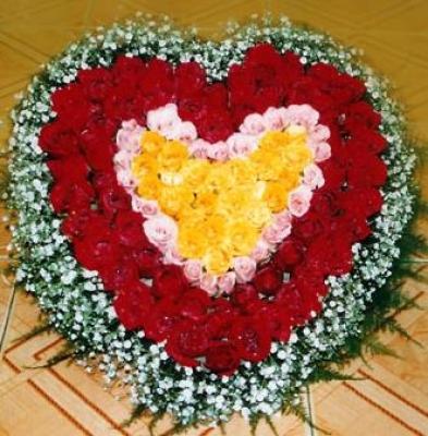 HV-NH-L-388 - 100 hoa hồng đỏ, hồng và vàng hình trái tim(ID: HV-NH-L-388)