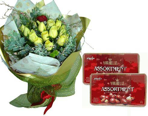 Bouquet of 12 roses and 2 chocolate boxes (ID: HV-M-4008)