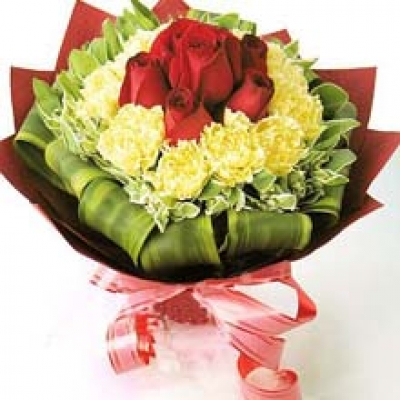 HV-NH-L-389 - 7 red roses surround by 12 yellow or white carnations bouquet (ID: HV-NH-L-389)